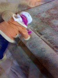 این منم در حال جمع کردن قالی های صحن حرم امام رضا(ع)