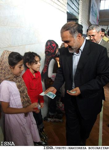 وزیر صنایع و کمک به دختران بی سرپرست